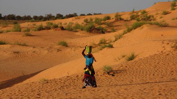 Immer weiter werden die Wege der Frauen zu den letzten Wasserstellen. Bild: ZDF und Petra Schulz