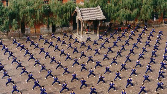 30 Euro monatlich beträgt das Schulgeld für die Kung-Fu-Eleven, die in Shaolin außerhalb des Tempels in Schulen ausgebildet werden. Bild: PHOENIX/ZDF/Cinecentrum