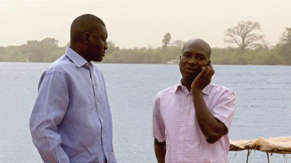 Leuten finanziell unter die Arme zu greifen, die nichts weiter besitzen als ihre Arbeitskraft oder Kreativität, ist ein gewagtes Unterfangen. Doch genau darum geht es zwei jungen engagierten Bankmanagern im westafrikanischen Staat Gambia. Bild: ARTE F