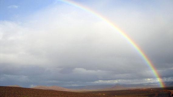 Wüste mit Regenbogen bei Ouarzazate. Bild: PHOENIX/ARD-Studio Madrid