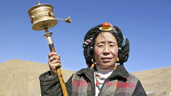 Pilgerin mit Manilakor (Gebetszylinder) am heiligen Berg Kailash Bild: SWR / © SWR/Glogowski