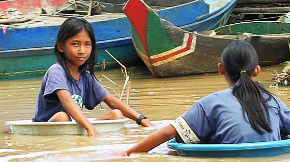 Wenn sich in der Regenzeit der Tonle Sap See auf das Fünffache seiner Trockengröße ausdehnt, ist der 13-jährigen Soun Voth jedes schwimmende Fortbewegungsmittel recht. Bild: ARTE / © Medienkontor FFP