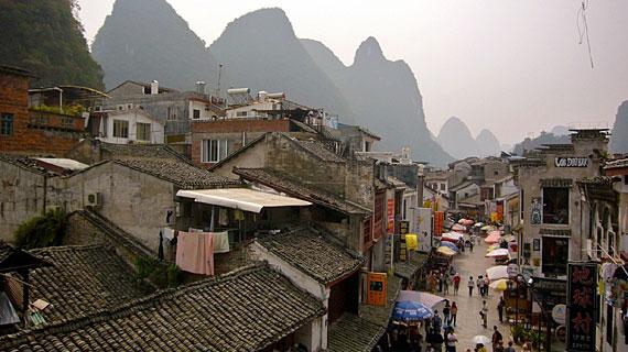 Vor 20 Jahren noch ein kleines Fischerdorf: Yangshuo hat sich trotz des Massentourismus viel von seinem Charme bewahrt. Bild: PHOENIX/NDR/Dirk Vahldiek
