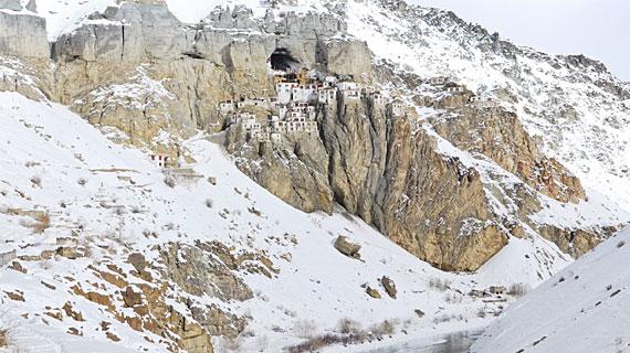 Eingeschneites Kloster der buddhistischen Mönche von Phukthal in der Himalaya-Region Zanskar Bild: ARTE F