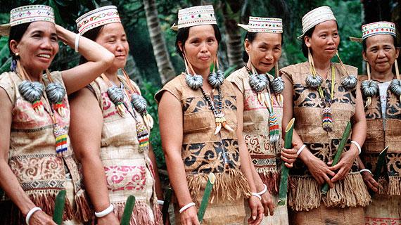 Dayakfrauen warten auf die Rückkehr ihrer Männer. Bildrechte: HR / © HR/Astrid Dermutz