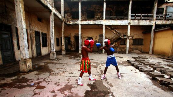 """Bukom, ein kleiner Fischer-Ort in Ghana, ist die Hochburg des ghanaischen Boxsports. Hier wachsen Boxchampions wie Joshua """"The Hitter"""" Clottey, der 2008 Weltmeister im Weltergewicht wurde, heran. Bild: ARTE F"""