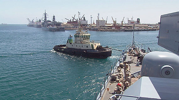 """Leinen Los. Die Fregatte """"Emden"""" bricht auf zu ihrem Einsatz vor dem Horn von Afrika. Bild: SWR"""