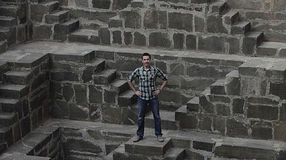 Unglaubliches Indien. Dirk Steffens erkundet viele verschlungene Pfade. Bild: ZDF / Oliver Roetz