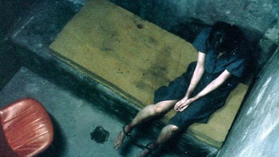 Marie (Antonella Costa) sitzt in dem Gefängnis des Junta Regimes, wo sie verhört und gefoltert wird. Bild: WDR/flax film