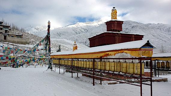 Im Süden Tibets herrscht Winter. Der Tempel und die Berge sind schneebedeckt.  Bild: ARTE F / © Sevenstones Media