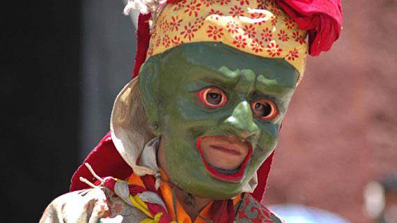 Der junge Mönch Tsephun mit einer Maske Bild: ARTE F / © Sevenstones Media