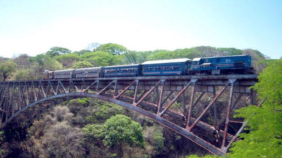 Der Tren a la Tica fährt auf der 105 Meter hohen Bogenbrücke über den Rio Grande. Bild: SWR / © SWR