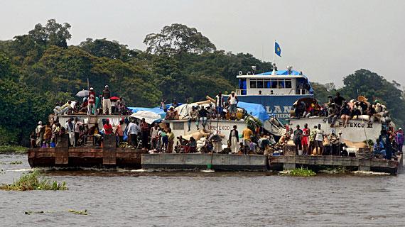 Dieses Schubboot befördert einige Hundert Passagiere. Bild: PHOENIX/ZDF/ARTE