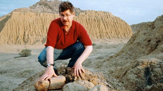 Prof. Dr. Dan Sandweiss. Der Archäologe von der Universität von Maine erforscht das Tal der Pyramiden. Nirgendwo sonst auf der Welt stehen so viele der beeindruckenden Bauwerke. Er will herausfinden, warum das rätselhafte Volk der Lambayeque so viele Pyramiden errichtete, und dann spurlos verschwand. Bild: PHOENIX/ZDF/BBC/Rhod Walls