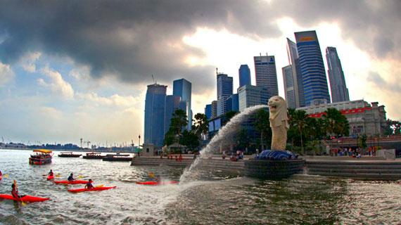 Singapur macht aus der Not eine Tugend. Der Stadtstaat mit knapp 5 Millionen Einwohnern hat kein eigenes Wasservorkommen. Mit konsequenter Forschung hat Singapur das Brauchwasser als Rohstoff für sich entdeckt: Mit neuster Technologie wird es zu hochreinem und trinkbarem sogenannten NEWater gemacht. So lockt Singapur als selbst ernannte Weltwasserhauptstadt jedes Jahr hunderte von Wissenschaftlern und Politikern aus aller Welt an. Bild: PHOENIX