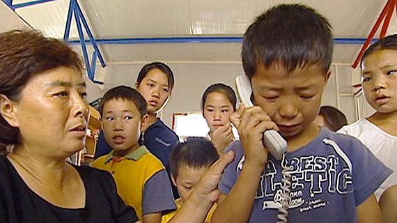 Der kleine Guan-Lei telefoniert mit seiner Mutter im Gefängnis. Bild: WDR/SWR