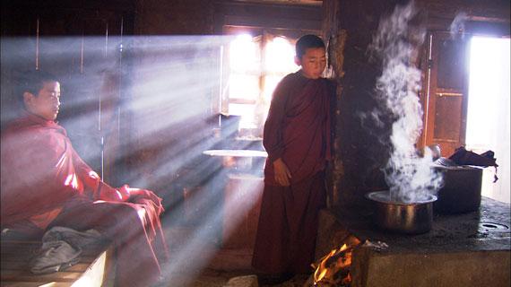 In der Küche des ärmlichen Klosters in Shingkhar. Es erhält keine staatlichen Subventionen und lebt von den wenigen Spenden aus dem Volk. Bild: ARTE/SSR