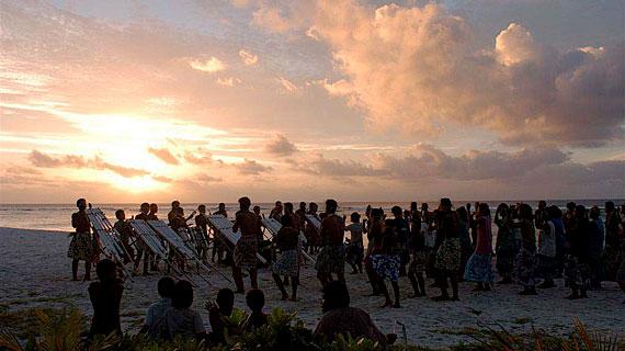 Die Bewohner der Südseeinsel Tikopia versuchen weiterhin ihre kleine Inselgesellschaft von westlicher Modernisierung fernzuhalten und ihre traditionelle Lebensweise zu bewahren. Bild:  ARTE F