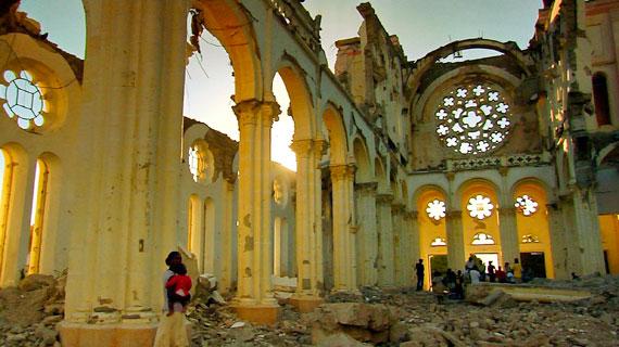 In der Kathedrale von Port au Prince liegt noch immer der Schutt. Bild: WDR/Jens Gebhardt