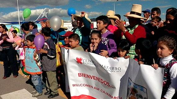 Die Templiner Ärzte werden bei der Ankunft in Peru von ehemaligen Patienten stürmisch begrüßt. Bild: rbb/Matthias Bruck