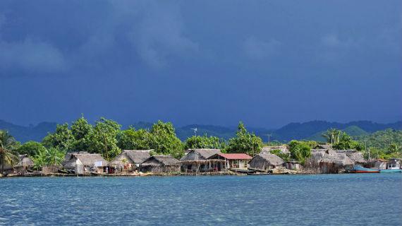 Die Insel Ailigandi liegt im San Blas Archipel, vor dem Festland von Panama. Hier leben 2000 Kuna. Bis vor 90 Jahren waren es noch Seenomaden, dann sind sie auf den Inseln des Archipels sesshaft geworden. Bild: ZDF / © Angelika Sigl