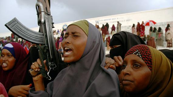 Sechs Monate erlebt Mogadischu den Frieden - den Frieden der Extremisten. Das Bündnis mehrerer islamistischer Strömungen führte Gemäßigte und Radikale zusammen, und so konnten die Kriegsherren verjagt werden, die sich das Land jahrelang aufgeteilt hatten. Bild: ARTE F