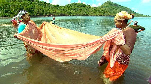 In Zukunft findet Naturschutz auf Mayotte nach französisch-europäischen Richtlinien statt, aber die müssen die Menschen erst noch kennen lernen und akzeptieren. Wie die Frauen, die traditionell mit Tüchern auf Fischfang gehen und sich erst daran gewöhnen müssen, zu kleine Fische wieder ins Meer zu werfen. Bild: SWR