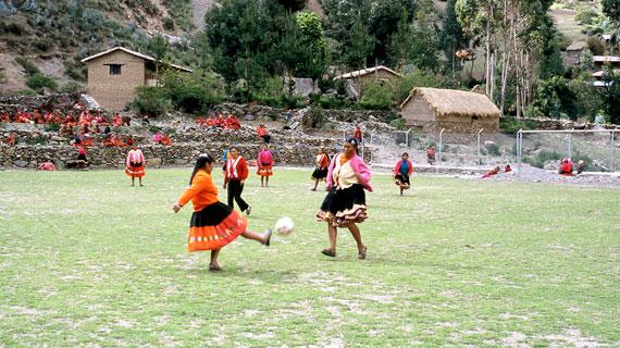 Die Frauen aus Churubamba spielen in ihrer Alltagskleidung: in Sandalen und traditioneller Tracht. Bild: ARTE / © Medienkontor FFP