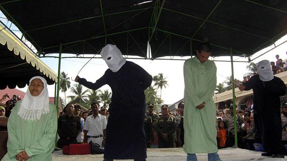 In der Provinz Aceh wurde 2003 die Scharia, das islamische Recht, wieder eingeführt. Vergehen werden nun beispielsweise mit öffentlichen Peitschenhieben bestraft. Bild: ARTE F