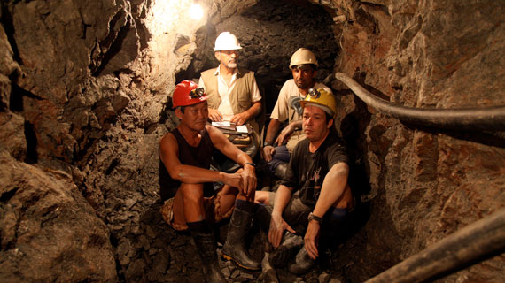 Warten auf die Sprengung: v.l.: Daniel Kläys Kompagnon Ling Dung Sun, Geologe Dr. Osmar, Minenbesitzer Emanuele und Daniel Kläy. Bild: ARTE / © MedienKontor/Nazan Sahan