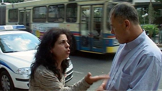Ibrahim und seine Frau Yusra diskutieren auf der Straße - das Leben in Tel Aviv ist nicht einfach. Bild: ARTE F