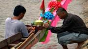 Bunt geschmückt und mit dem Beistand der Götter gehen die Drachenboote im laotischen Ventiane beim traditionellen Rennen an den Start. Bild: PHOENIX/ZDF/ARTE/Li Xiaoshan