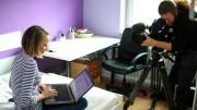 """Die 17-jährige Franciska (Foto) aus der Großstadt ist dauerhaft online. Sie möchte wissen, """"was mit meinen privaten Sachen so gemacht wird."""" (Bild: PHOENIX/NDR/Lutz Westphal)"""